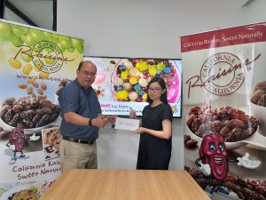 California Raisins Country Rep Eddie Saw & Ivy Kam at the prize giving ceremony